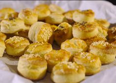 Tvarohové pagáče Pretzel Bites, Biscuits, Recipies, Bread, Food, Turmeric, Crack Crackers, Recipes, Cookies