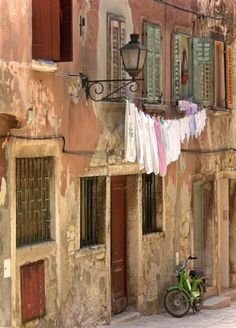 this hanging laundry outside was one of the charms of Italy for me...