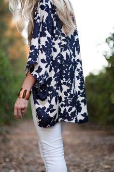 mittellange Kimono-Jacke in weiß und dunkelblau