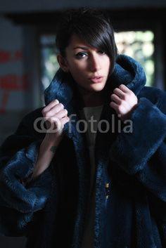 Ragazza con pelliccia ecologica