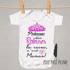 394601e3ea77b Body personnalisé idée cadeau naissance bébé princesse des raleuses la  reine c est maman Body