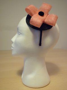 TOCADO ROSA -  Diadema con base tocado negra, doble lazo tejido Sinamay, botón forrado con terciopelo negro. Precio: € 20