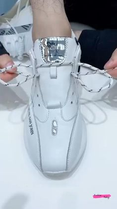 Diy Clothes Life Hacks, Diy Clothes And Shoes, Clothing Hacks, Ways To Lace Shoes, How To Tie Shoes, Ways To Tie Shoelaces, Shoe Lacing Techniques, Diy Fashion Hacks, Fashion Shoes
