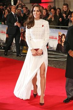 The Duchess of Cambridge, née Kate Middleton, made an elegant appearance tin a cream-colored dress by Self Portrait appearance at the London premiere of A Street Cat Named Bob on Thursday evening, 3 November Kate Middleton Outfits, Vestidos Kate Middleton, Looks Kate Middleton, Kate Middleton Fashion, The Duchess, Duchess Of Cambridge, Royal Fashion, Home Fashion, Dress Fashion