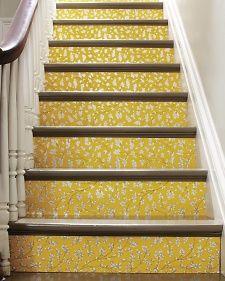 Deixando sua casa ainda mais charmosa: escada e papel de parede. Toque especial com adesivos e papéis de parede.