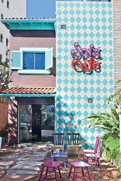 A fachada colorida deste café pode inspirar uma parede na sua casa. Os losangos fazem bonito principalmente na cozinha. O painel, feito com técnica do estêncil, foi concebido pelo SuperLimão Studio e o Laika Design
