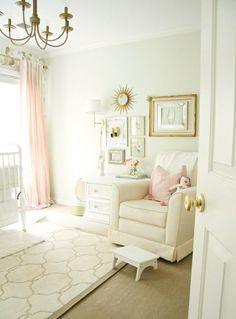 Chambre de bébé fille claire en blanche et rose