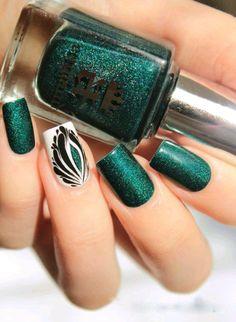 Hermosas uñas verde con glitter