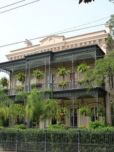 New Orleans French Quarter, USA Garden District on First St. I adore this architectural style! ~Coral❤