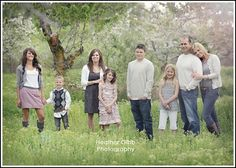 pose for a large family. love how the wife is leaning on her hubby. Keep in mind for my family portrait this year. Large Family Photography, Large Family Portraits, Large Family Poses, Family Portrait Poses, Family Picture Poses, Family Photo Sessions, Family Posing, Photography Poses, Family Photos