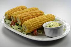 Majsen klargøres: <BR> Alt den grønne fjernes så man kun ser alle kornene. <BR> <BR> Man kommer majsen i kogende vand ,man kan enten servere dem <BR> <BR> Sprøde:<BR> Så skal man koge dem 7-8 mi