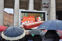 Feligresos i turistes veient l'inici del conclave a la Plaça Sant Pere