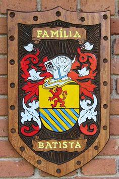 Brasões de Família entalhados em Madeira iniciados com a letra B - Página 2 - Pica-pau Entalhes - Brasões de Família e Placas de madeira entalhada Family Shield, Family Crest, Coat Of Arms, Porsche Logo, Tatoos, Flag, Carving, Symbols, Holiday Decor