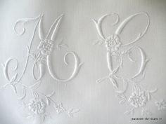 LINGE ANCIEN/Joli monogramme MC brodé main avec beau relief sur toile en fil de lin pour couture