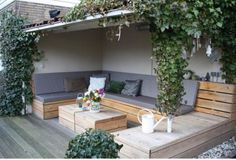 Built-in outdoor seating saves you from splurging on new furniture. Here are 10 designs for built-in sofas to create an outdoor living room. Garden Seating, Outdoor Seating, Outdoor Pallet, Outdoor Ideas, Deck Seating, Outdoor Couch, Backyard Ideas, Indoor Outdoor, Back Gardens