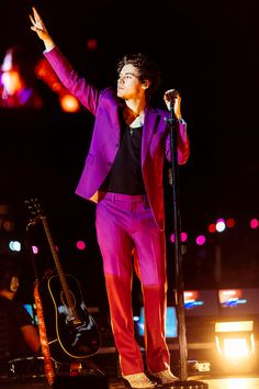 In May Harry Styles will attend his first ever Met Gala - as a co-host. Will be perform? Read Vogue's guide to Harry Styles at the Met Gala Harry Styles Live, Harry Styles Pictures, Harry Edward Styles, Harry Styles Clothes, Purple Suits, Pink Suit, 5sos, Harry Styles Tattoos, Bae