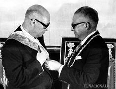 Entrega de la banda presidencial del presidente saliente, Rómulo Betancourt al presidente entrante Raúl Leoni. 12.03.1964 (Colección Archivo El Nacional)