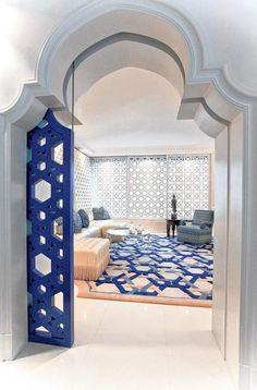salon marocain moderne, intérieur élégant, grande porte inspirante