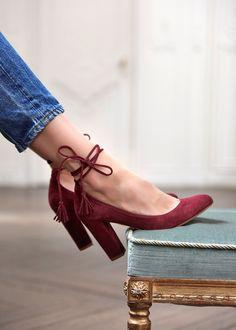 Jolie paire de talons Sézane de couleur bordeaux. Matière douce en daim et laçage au niveau de la cheville. Des chaussures très féminines.