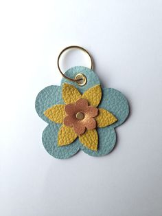 Diy Keychain, Leather Keychain, Leather Cuffs, Leather Accessories, Leather Jewelry, Bow Earrings, Crochet Earrings, Material Flowers, Diy Sac