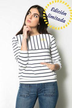 """Sudadera de rayas azul marino y blanco.    Con canesú y canguro. Bordado en contraste en color amarillo. De manga a ajustada y escote semibarco.    Es perfecta para dar un toque sport a tus looks """" NAVY """" tanto con faldas como con pantalones.    COMPOSICIÓN: 100% algodón    Confeccionada de principio a fin en Galicia"""