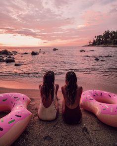 90.4K vind-ik-leuks, 1,257 reacties - JULIE SARIÑANA (@sincerelyjules) op Instagram: 'Beach life is happy life! @collagevintage #thailand / photos by @collagevintage2'