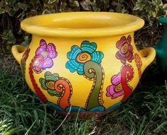 MARIANA ALVAREZ Painted Clay Pots, Painted Flower Pots, Hand Painted Ceramics, Clay Pot Projects, Clay Pot Crafts, Diy Clay, Ceramic Pots, Terracotta Pots, Front Door Plants