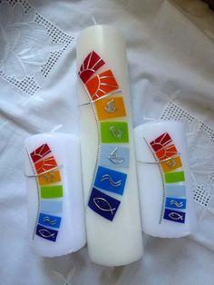 Weiße Taufkerze Stumpen RAL, mit großem Regenbogenmotiv in BOGENFORM in 7 Farben mit max. 7 Symbolen nach eigener Wahl  *inklusive* - großem geschwungenem Kreuz mit Perlwachsborte - Symbole in...