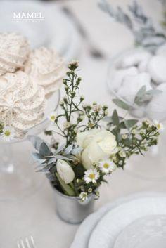 bukiecik świeżych kwiatów jako dekoracja słodkiego bufeetu