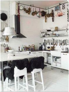 Witte industriële keuken, love the knifes.