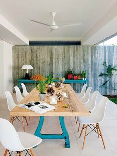 Comedor en el porche con sillas DSW de los Eames