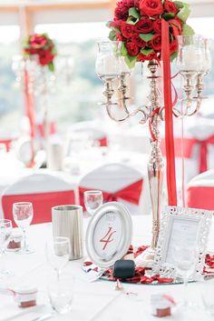 Tischdeko bei der Hochzeit in Silber und Bordeauxrot mit Kerzenständer. Foto: http://weddings.lauramoellemann.de