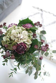 Sillä välin, kun seikkailen täällä Etelä-Pohjanmaalla poikien kanssa voidaankin vilkaista olkkarin tämän hetkistä ilmettä. Kesän jälk... Deco Floral, Arte Floral, Wonderful Flowers, Pretty Flowers, Table Flowers, Floral Flowers, Floral Texture, Modern Flower Arrangements, Seasonal Flowers