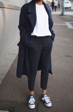 Minimalist - Comfort - Chic - Style - Idea - Trenchcoat - Long - Jeans - T-Shirt - Minimalist Outfit - Winter Mode Fashion Mode, Look Fashion, Autumn Fashion, Latest Fashion, Street Fashion, Normcore Fashion, Athleisure Fashion, Trendy Fashion, Business Casual Fashion