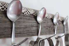 naulakko,lusikka,pitsi,harmaa puu,harmaa lauta,harmaa,koukku,maalaisromanttinen,Tee itse - DIY,unelmientalojakoti,keittiöidea
