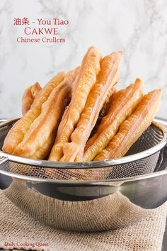 Cakwe - Chinese Crullers Easy Chinese Recipes, Asian Recipes, Chinese Cruller Recipe, You Tiao Recipe, Chinese Breakfast, Sweet Breakfast, Appetizer Dishes, Appetizers, Indonesian Cuisine