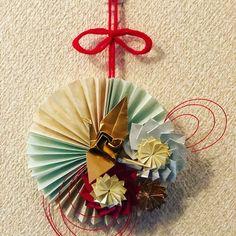Tomomi TsunematsuさんはInstagramを利用しています:「#craful2018お正月コンテスト を見てるとしめ縄がすっごい素敵なんがいっぱい〜〜😍💕 作ってみたいなぁ〜と思ったけど、、、 手元にあるのはポチ袋の残りの折り紙と水引、クリスマスの残りの毛糸、、、、 これで何かお正月飾りを〜〜🧐 こんなお正月飾りになりました♬…」 Japanese New Year, Chinese New Year Crafts, New Year's Crafts, Floral Pins, Paper Crafts Origami, New Years Decorations, Mother And Child, Quilling, Paper Art