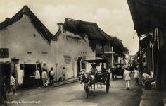 Street at Soerabaja,(ujung selatan jl. Dukuh) - old-indische Leiden University, Dutch East Indies, Photo Series, Surabaya, Train Station, Transportation, Street View, History, Java