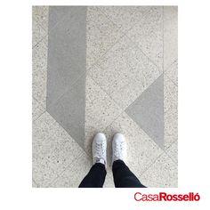 El #Terrazo lo encuentras en todas partes, no sólo porque está de moda, sino porque es súper resistente gracias a su composición de cemento y pedacitos de mármol, ideal para alto tránsito y fácil mantenimiento. #ViveRosselló #SomosFabricantes #Terrazo #ElAcabadoDeModa