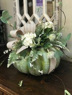 Pumpkin Vase, Pumpkin Flower, Christmas Flower Arrangements, Fall Arrangements, Adornos Halloween, Fall Halloween, Fall Decorations, Seasonal Decor, Fall Pumpkins