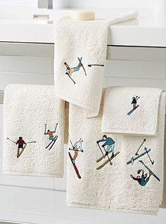 A key pattern in the urban lodge theme with small vintage skiers delicately embroidered on soft thick and absorbent velvety terry in high-quality cotton. Dimensions Bath: 70 x 1 Ski Chalet Decor, Chalet Interior, Chalet Design, Ski Decor, Design Design, Décor Ski, Lodge Bedroom, Log Home Interiors, Mountain Decor