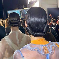 C'era grande fermento per la settimana della moda di Milano di questo settembre 2020, e le sfilate delle più grandi Maison non stanno affatto deludendo le aspettative. Ho scelto di raccogliere per voi alcune delle migliori ispirazioni beauty di Milano Moda Donna per la Primavera/Estate 2021, tra nuove tendenze make up e capelli: c'è davvero da perdere la testa! Neon Lips, Bright Lips, Fendi, Best Actress Oscar, Sleek Updo, Retro Updo, Romantic Photos, Milano Fashion Week, Pin Curls