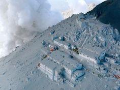 Equipos de rescate en los refugios de montaña durante la erupción del volcan japones