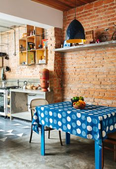 Casa antiga reformada com cozinha estreita e piso de ladrilhos hidráulicos Exposed Brick Walls, Industrial Loft, Interior Exterior, Entryway Tables, Kitchen Design, Tiles, House Design, Architecture, Furniture