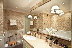 Светлая трёшка в стиле неоклассика для молодой семьи. Туалет в цветах: серый, светло-серый, белый, коричневый, бежевый. Туалет в стиле неоклассика.