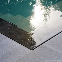 Dit strakke design zwembad is gebouwd met behulp van een bekisting in staal. De wanden, een 30 cm dik dubbel gewapend beton, zijn afgewerkt met polyester.
