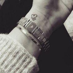 """Wrist tattoo saying """"le"""", and drawing a heart as the letter L, on Milla McKi. Handgelenk-Tattoo mit der Aufschrift """"le"""" und dem Buchstaben """"L"""" als Herz auf Milla McKie … Wrist Tattoos Quotes, Meaningful Wrist Tattoos, Baby Tattoos, Little Tattoos, Word Tattoos, Tattoo Sayings, Tattoo Kind, Tattoo L, Shape Tattoo"""