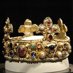Children's crown of Otto III; perhaps he wore it at his coronation. Otto III, Holy Roman Emperor r Domschatzkammer Essen Real Crown, The Crown, Royal Jewels, Crown Jewels, Ottonian, Holy Roman Empire, Medieval Jewelry, Royal Brides, Circlet