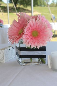 Daisy centerpiece - only with hot pink Gerbera daisy and zebra ribbon Gerbera Daisy Centerpiece, Gerbera Bouquet, Fete Marie, Daisy Image, Kate Spade Bridal, White Baby Showers, Gerber Daisies, Pink Parties, Gold Party