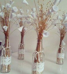 Mason Jar Crafts – How To Chalk Paint Your Mason Jars - Mimicrop Glass Bottle Crafts, Diy Bottle, Bottle Vase, Flower Centerpieces, Wedding Centerpieces, Christmas Crafts For Adults, Mason Jar Flowers, Painted Mason Jars, Art Deco Wedding